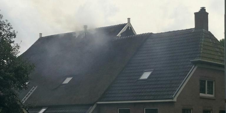 De brand woedt onder het dak van de boerderij. FOTO HERMAN VAN OOST / VAN OOST MEDIA