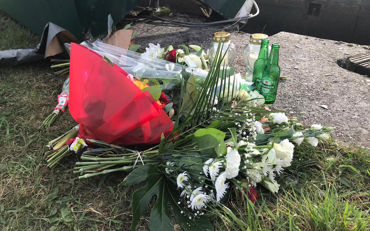 Bloemen, kaarsjes en twee lege bierflesjes voor de verongelukte en gemiste inwoners van Stadskanaal en Bellingwolde.