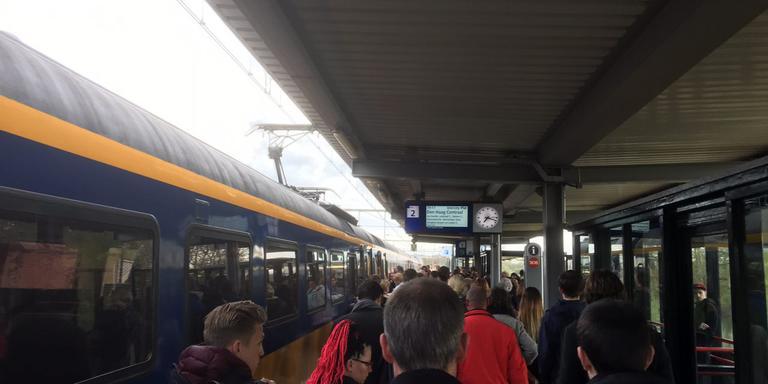 Drukte op het perron in Hoogeveen door de vertraagde trein. FOTO DVHN