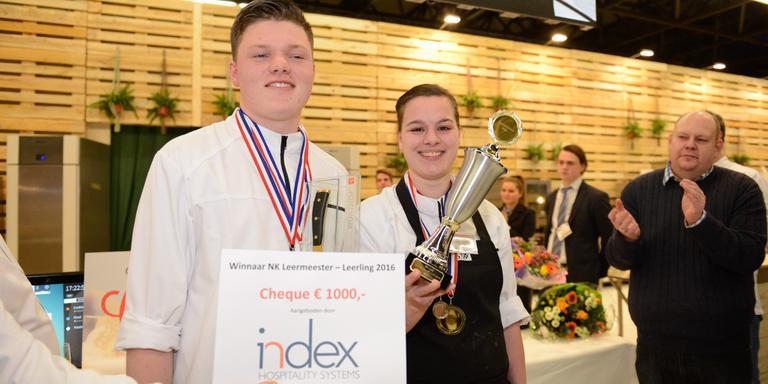 Leerling Ian Nieswaag en chefkok Marleen Brouwer met hun prijs. Foto Horecava
