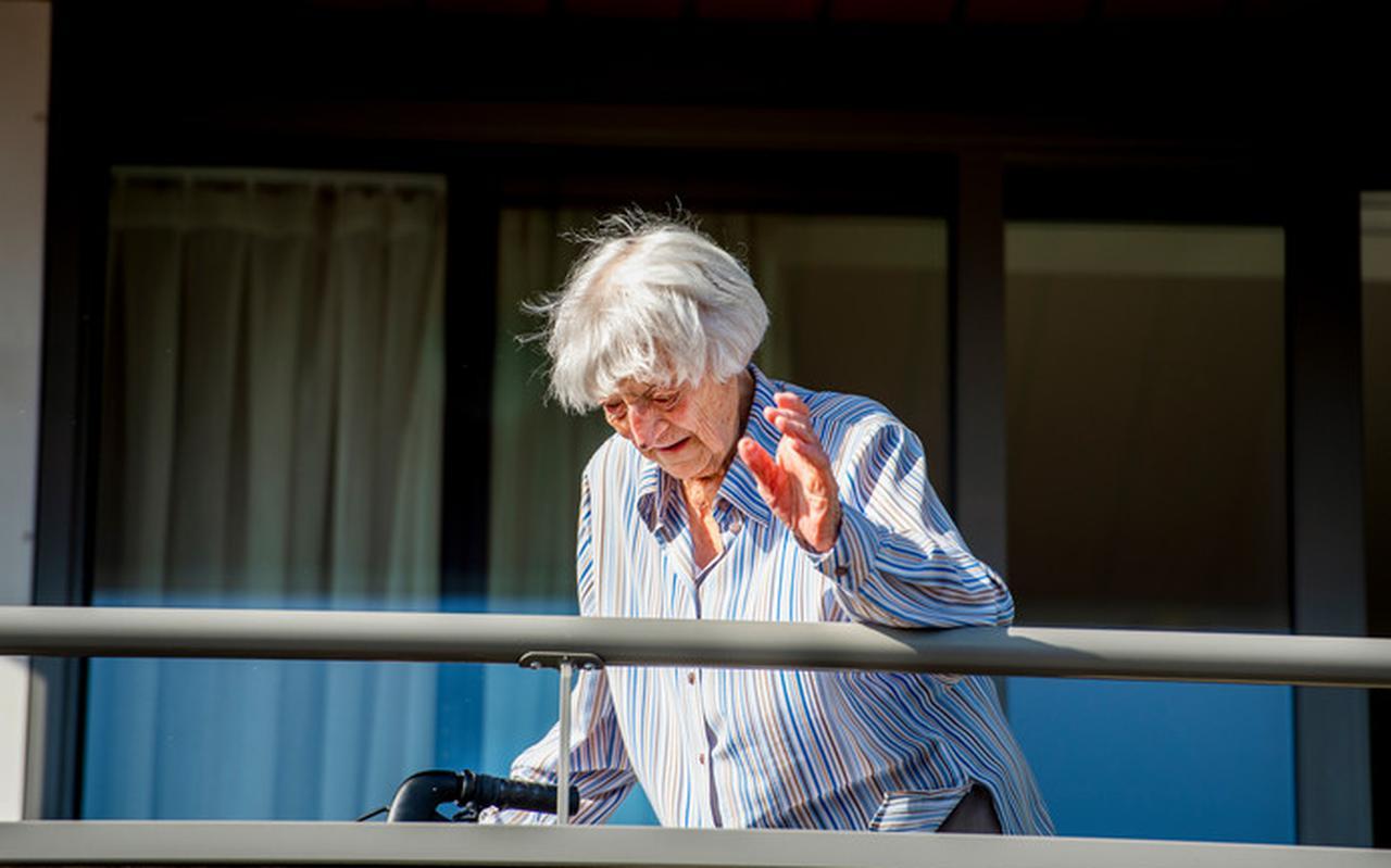 Mevrouw Ras van 107 heeft het Corona gehad en is weer beter, ze woont in verzorgingshuis Nieuw Rijsenburgh in Sommelsdijk.
