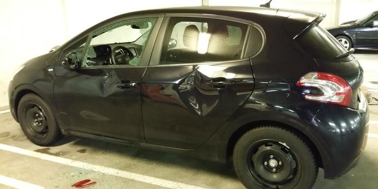 De auto is flink vernield. FOTO WIJKAGENT JORGE CASTRO / TWITTER
