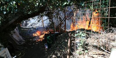 Het vuur in de achtertuin van de woning aan de Loosterweg in Veelerveen