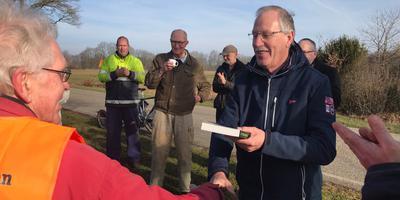Schrijver Anne Doornbos (met boek in de hand) overhandigt voorzitter – en enig lid – van de paddenwerkgroep Henk Hellema zijn nieuwste boek: De Paddenvanger. Foto DVHN