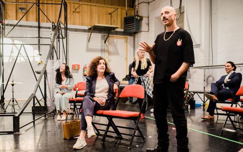 Minister Van Engelshoven op bezoek bij Het Houten Huis en Club Guy & Roni: 'Theater is veel veiliger dan een supermarkt'