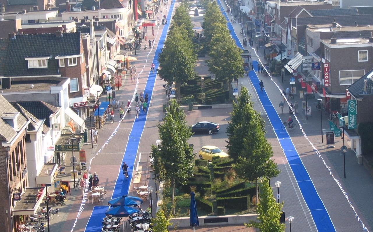 Beeld van de blauwe fietsstroken van tapijt in de Hoofdstraat.