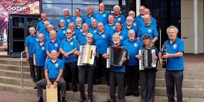 De Magellan Singers voor de Molenberg in Delfzijl.
