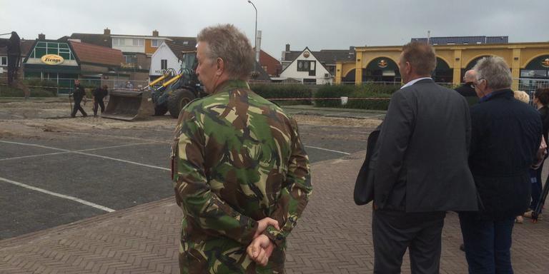 De EOD verkent met het gemeentebestuur Roden. FOTO DVHN/WILLEM DEKKER