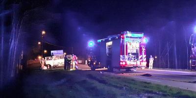 De cabine van de kleine vrachtwagen raakte zwaar beschadigd
