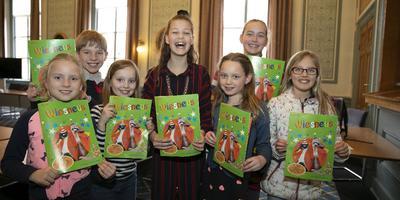 Leerlingen van de Joseph Haydenschool en locokinderburgemeester Amy presenteerden vorig jaar de eerste Wiesneus op het Provinciehuis in Groningen.