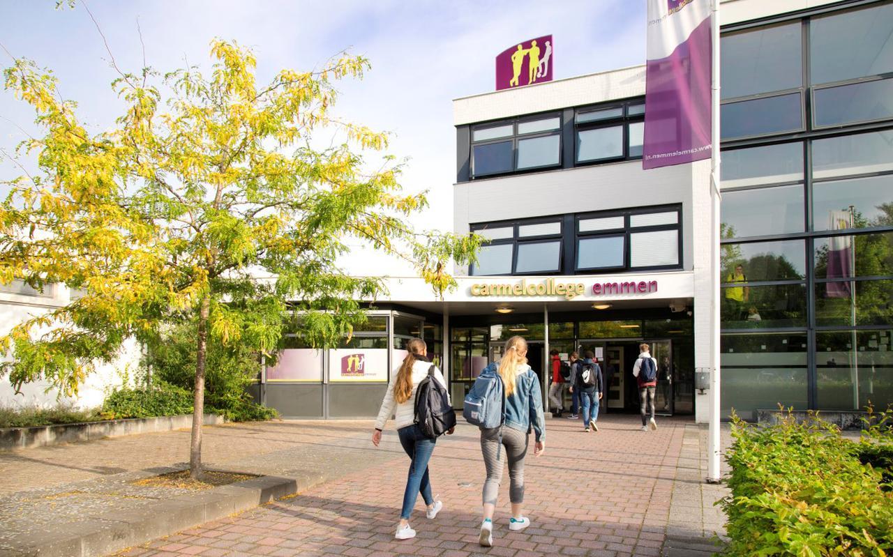 Het Carmelcollege is gevestigd aan de Wendeling in de Emmer wijk Angelslo.
