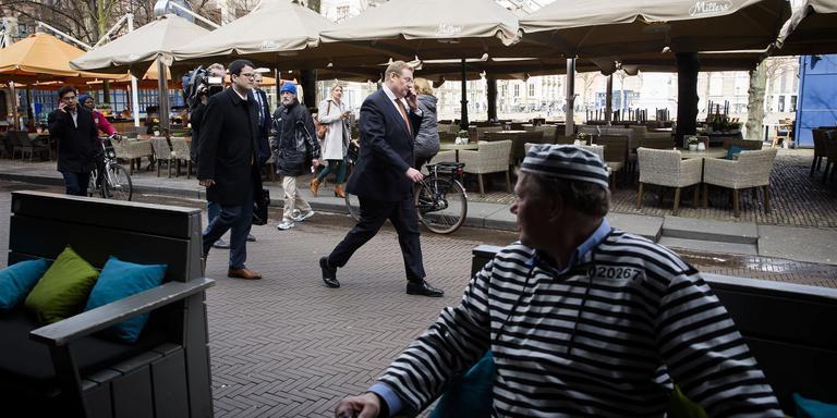Gevangenispersoneel verkleed in boevenpakken kijken vanaf een terras naar Minister Ard van der Steur. FOTO ANP/BART MAAT