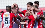Spelers van FC Emmen vieren een feestje na het derde doelpunt van Sergio Peña donderdag tegen sc Heerenveen.