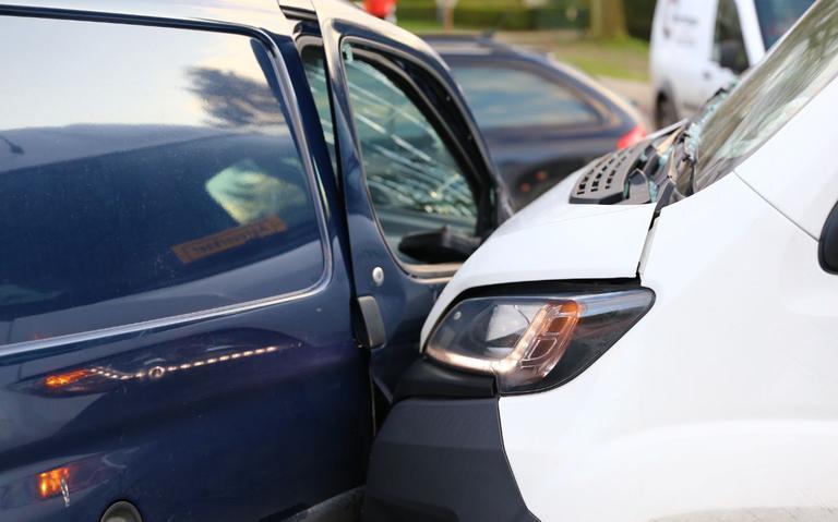 Botsing tussen bestelbus en personenauto in Gasselternijveen.