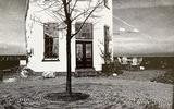 Een gebouw in Vollenhove in Overijssel. De kerk die hierbij hoort te staan, heeft Wortman weggehaald. ,,Ik vond de andere gebouwen maar storend.''