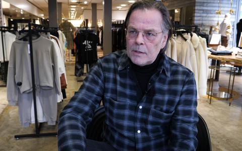 Harrie is een van de ondernemers in Klazienaveen die zijn winkel op 2 maart opengooit. Ondanks de coronamaatregelen: 'De woede is er, waar blijft de opstand?