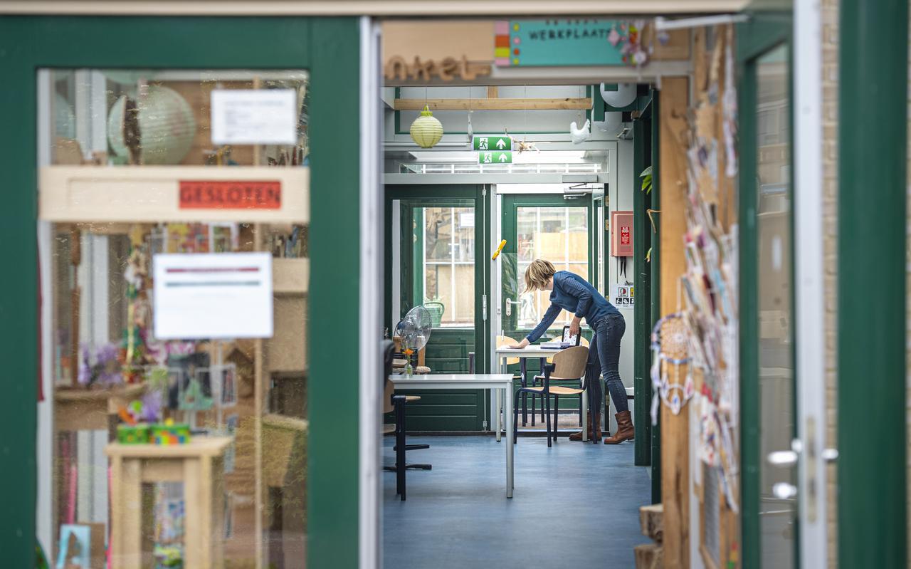 Marijke Smit maakt de bezoekersruimte van de WWA klaar, waar de cliënten onder strenge voorwaarden hun dierbaren weer mogen ontvangen.