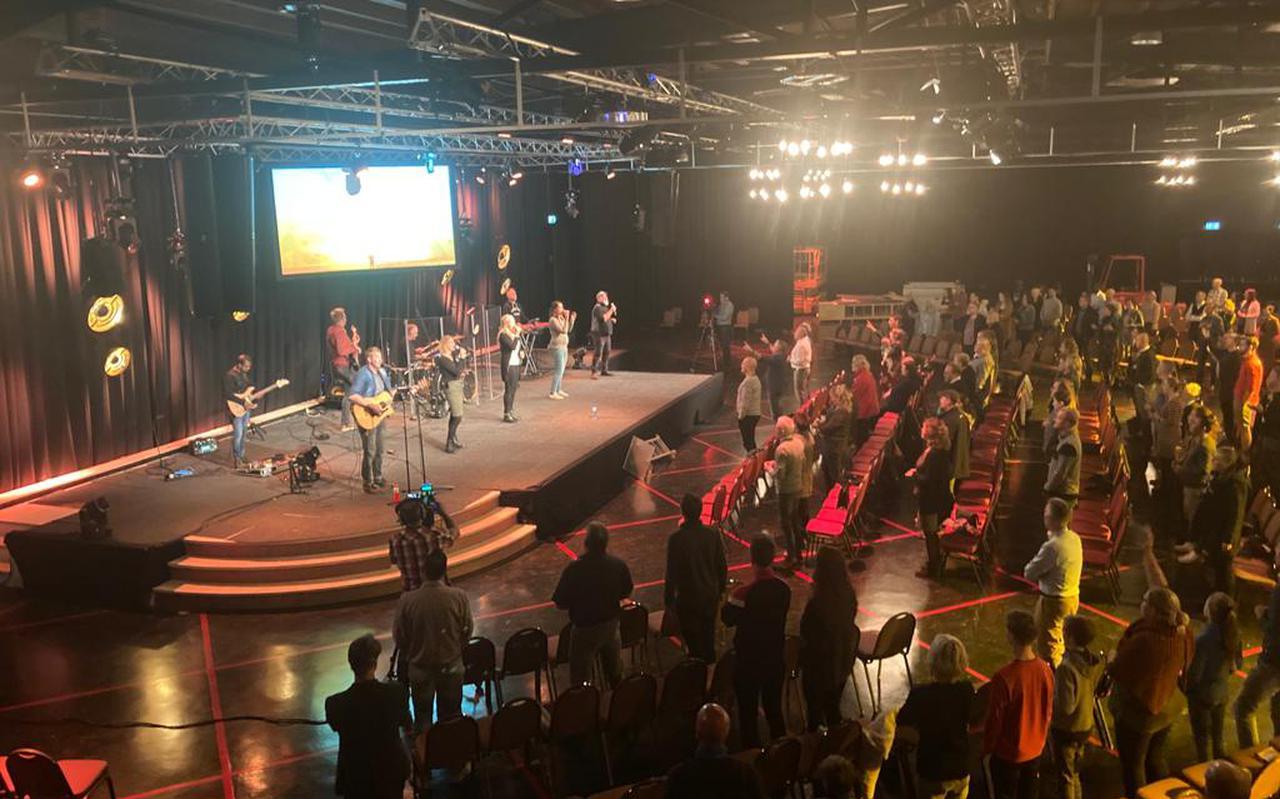 De eerste van de twee diensten in de Stadskerk Emmen op zondagochtend. Er kwamen ruim 200 mensen op af en ze mochten allemaal naar binnen. Foto DvhN