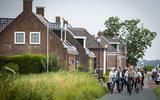 Leden van de parlementaire enquêtecommissie aardgaswinning Groningen fietsen door Westerwijtwerd tijdens een bezoek aan het aardbevingsgebied, 14 juli 2021.