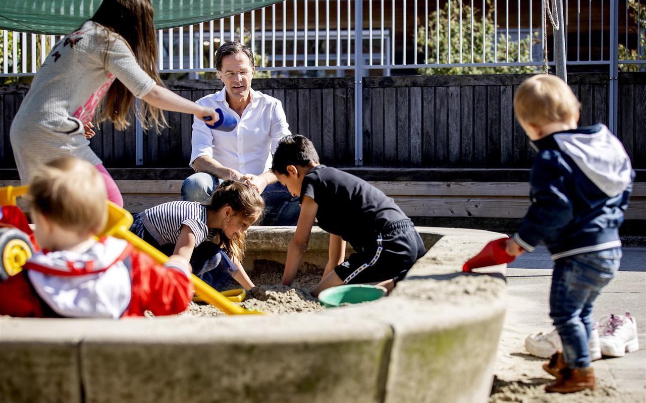 Minister-president Mark Rutte bezoekt een kinderopvang. Medewerkers zorgen daar voor kinderen van ouders met vitale beroepen.