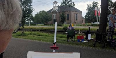 De schilderijen zijn inmiddels klaar, hangen aan de wand van de Waterstaatskerk en zijn te koop.