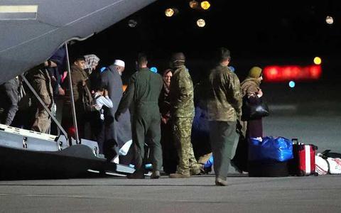 Afghaanse burgers worden opgevangen in de Kosovaarse hoofdstad Pristina waar ze met Amerikaanse toestellen naar toe zijn vervoerd.