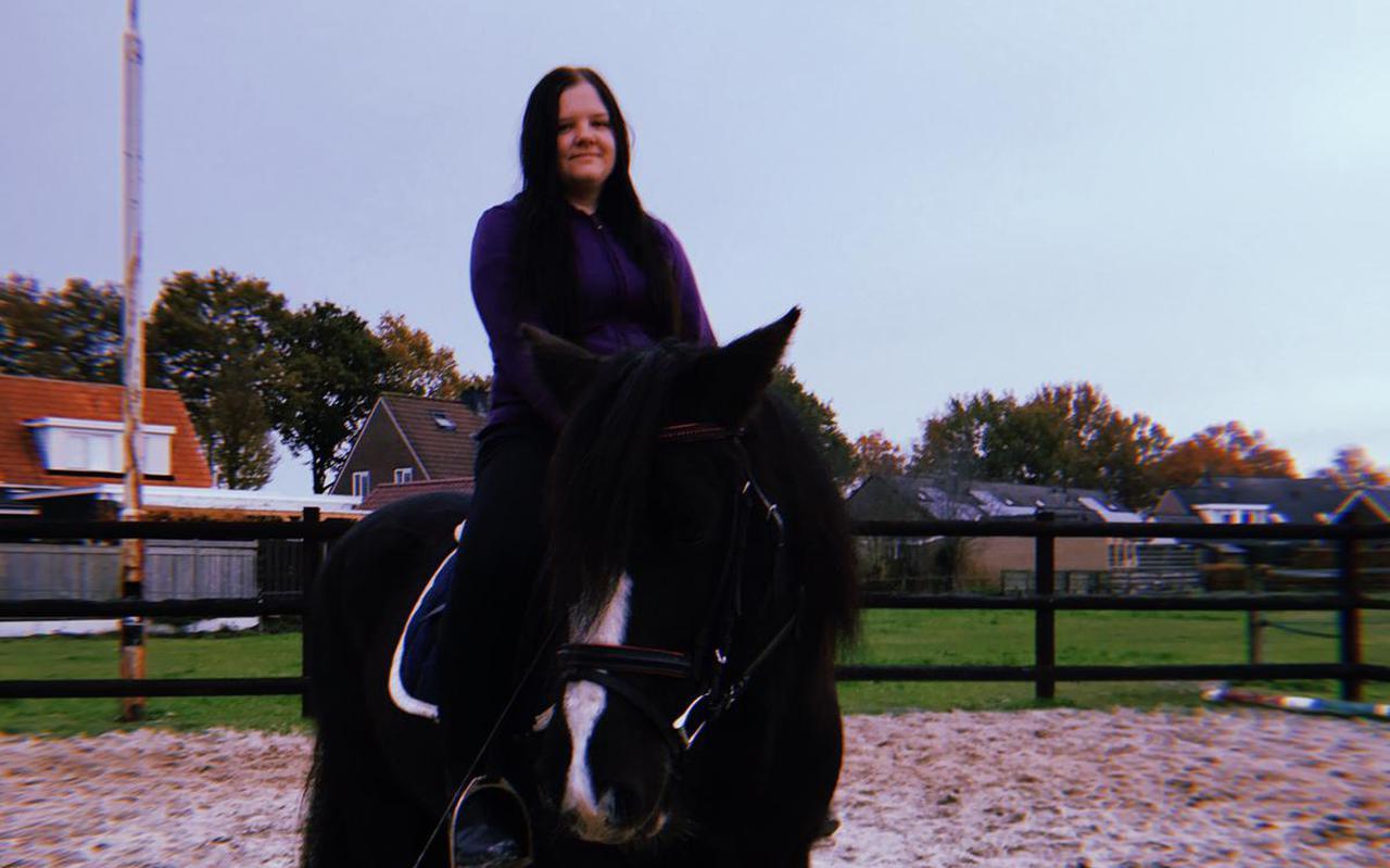 Lisanne Bruins met haar paard Tess.