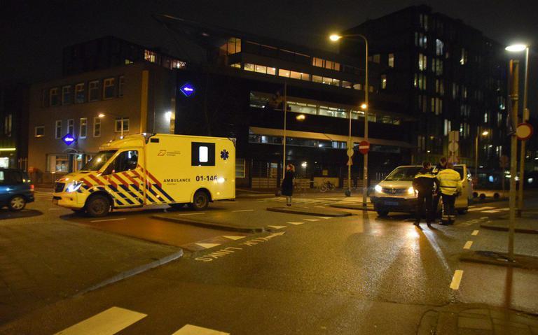 Fietser gewond bij botsing met taxi in Groningen.
