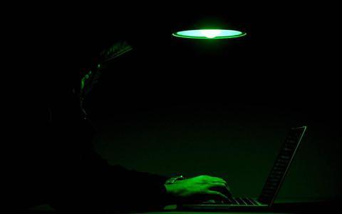 Jonge oplichter misbruikt gehackte mailaccounts en Marktplaatsprofielen die hij kocht via internetsite in Rusland: tientallen slachtoffers voor zeker 33.000 euro gedupeerd