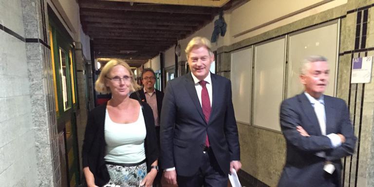 Van links naar rechts: Annemarie Hannink (dean Academie voor Verpleegkunde), staatssecretaris Martin van Rijn, Henk Pijlman (topman Hanzehogeschool)