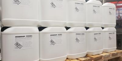 Bij destilleerderij Hooghoudt zijn al honderden jerrycans met desinfecteermiddel geproduceerd.