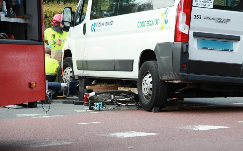 Jonge fietsster naar ziekenhuis na aanrijding in Haren. Meisje komt onder taxibusje.