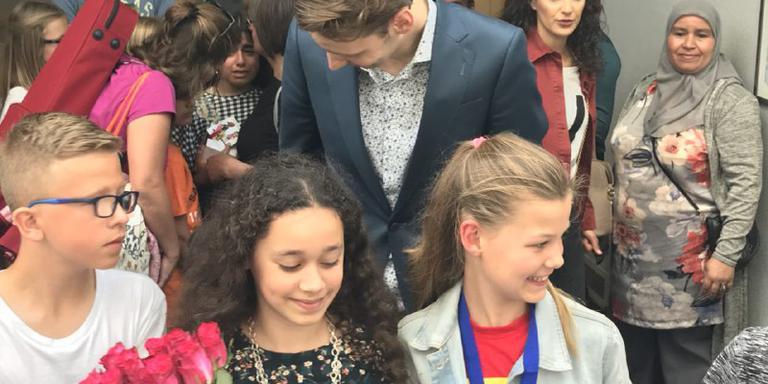 Jouayria (links op de foto) is de nieuwe kinderburgemeester van Groningen. Amy (rechts) de nieuwe loco-kinderburgemeester