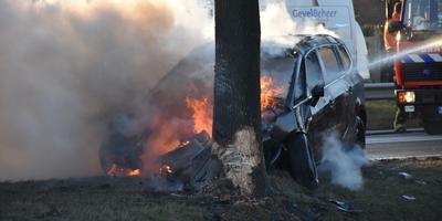 De auto vloog na de botsing met een boom in brand. FOTO ARCHIEF NIELS DE KANT 112/Groningen