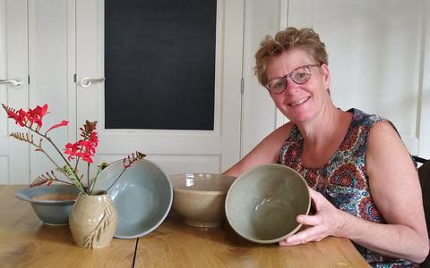 Roelanda Bonder-Oosterhof toont een deel van haar prachtige collectie.