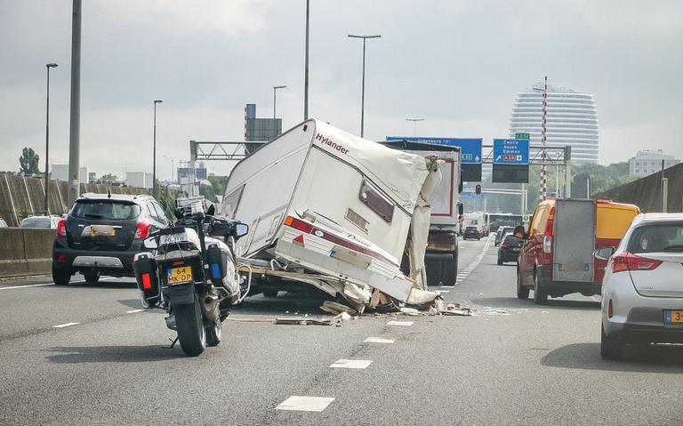 Caravan verwoest bij ongeval op Groninger Ringweg.