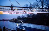 Bij de Gerrit Krolbrug in Groningen, waar vanochtend actie werd gevoerd voor een lagere brug (dan Rijkswaterstaat van plan is) is een spandoek blijven hangen.