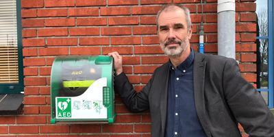 Wethouder Hans Ronde bij de 24/ 7 beschikbare AED. Foto: Eigen foto