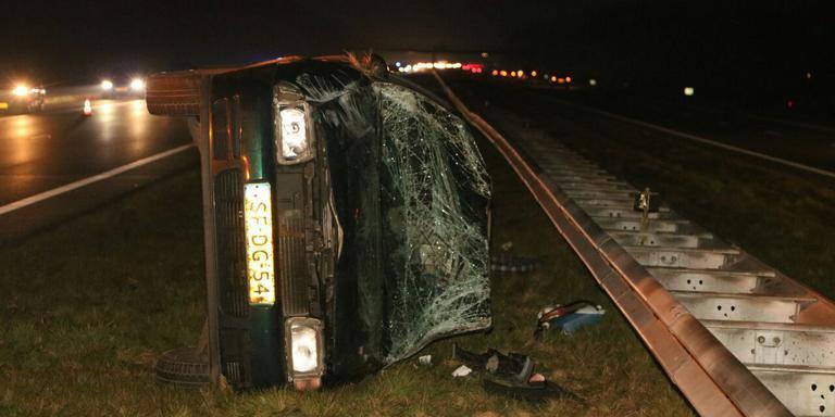 De automobilist raakte door onbekende oorzaak de vangrail. Foto: De Vries media.