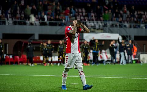Teleurstelling bij Sergio Peña van FC Emmen na de gemiste penalty wedstrijd tijdens de play-offs promotie/degradatie wedstrijd tussen FC Emmen en NAC Breda op De Oude Meerdijk op 20 mei 2021.