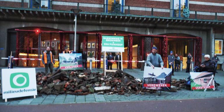 Milieudefensie stort 10 kuub puin. Foto: Michiel Wijnberg