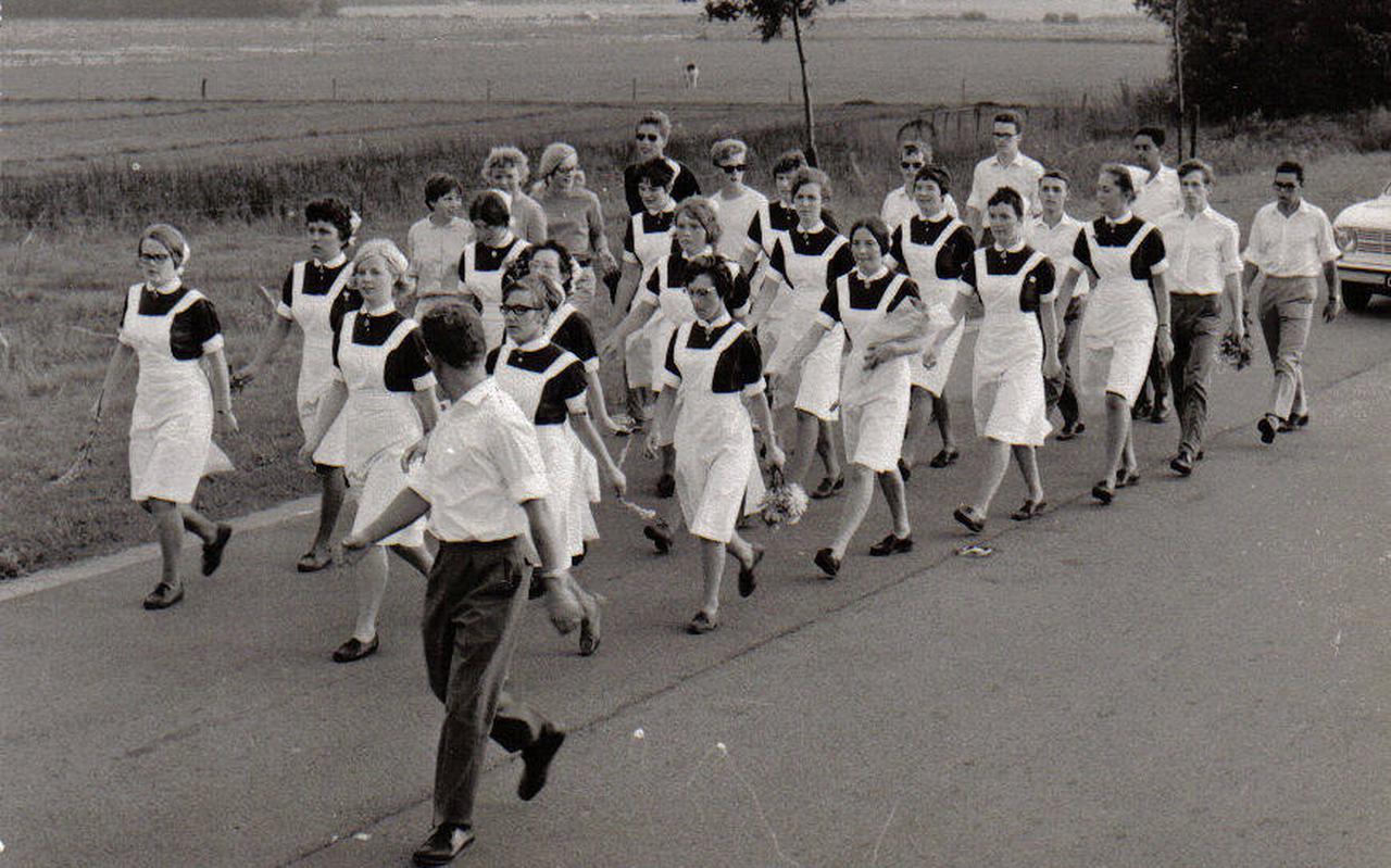 De boortorenwandeltocht is een begrip in Zuidoost-Drenthe. In vroeger tijden liepen er veel groepen mee. Op de foto staat ziekenhuispersoneel.