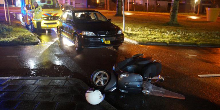 De scooter werd geschept op het Hoendiep. FOTO 112 GRONINGEN / RAYMOND BOS
