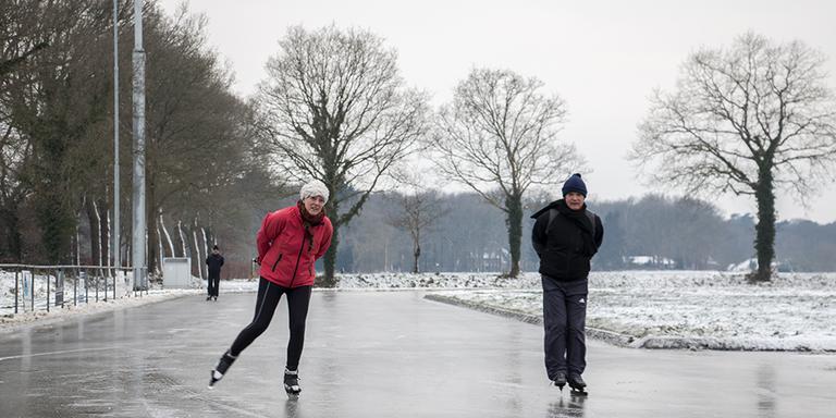 De eerste schaatsers zwieren over het ijs dinsdagochtend. Foto: Liselotte Schüren
