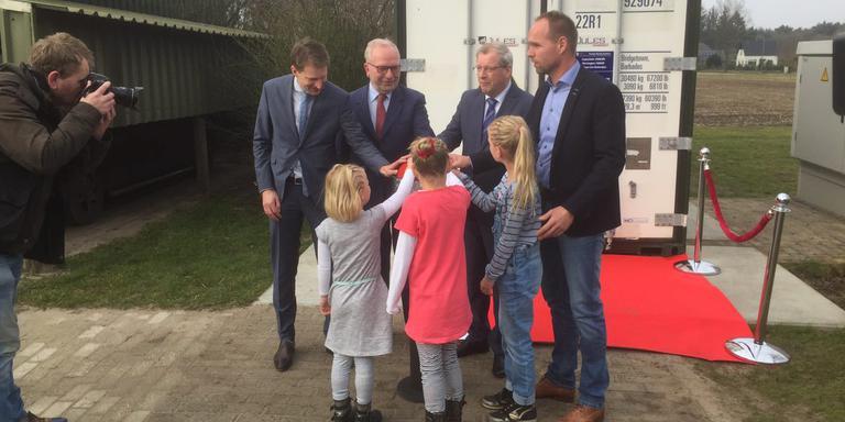 LTO-voorman Albert Jan Maat en gedeputeerde Tjisse Stelpstra met energie-boer Jan Reinier de Jong en zijn drie dochters in Odoorn