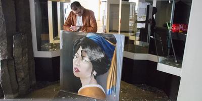 Kunstenaar Ingo Leth bij een gesloopt schilderij. FOTO FRANK JEURING
