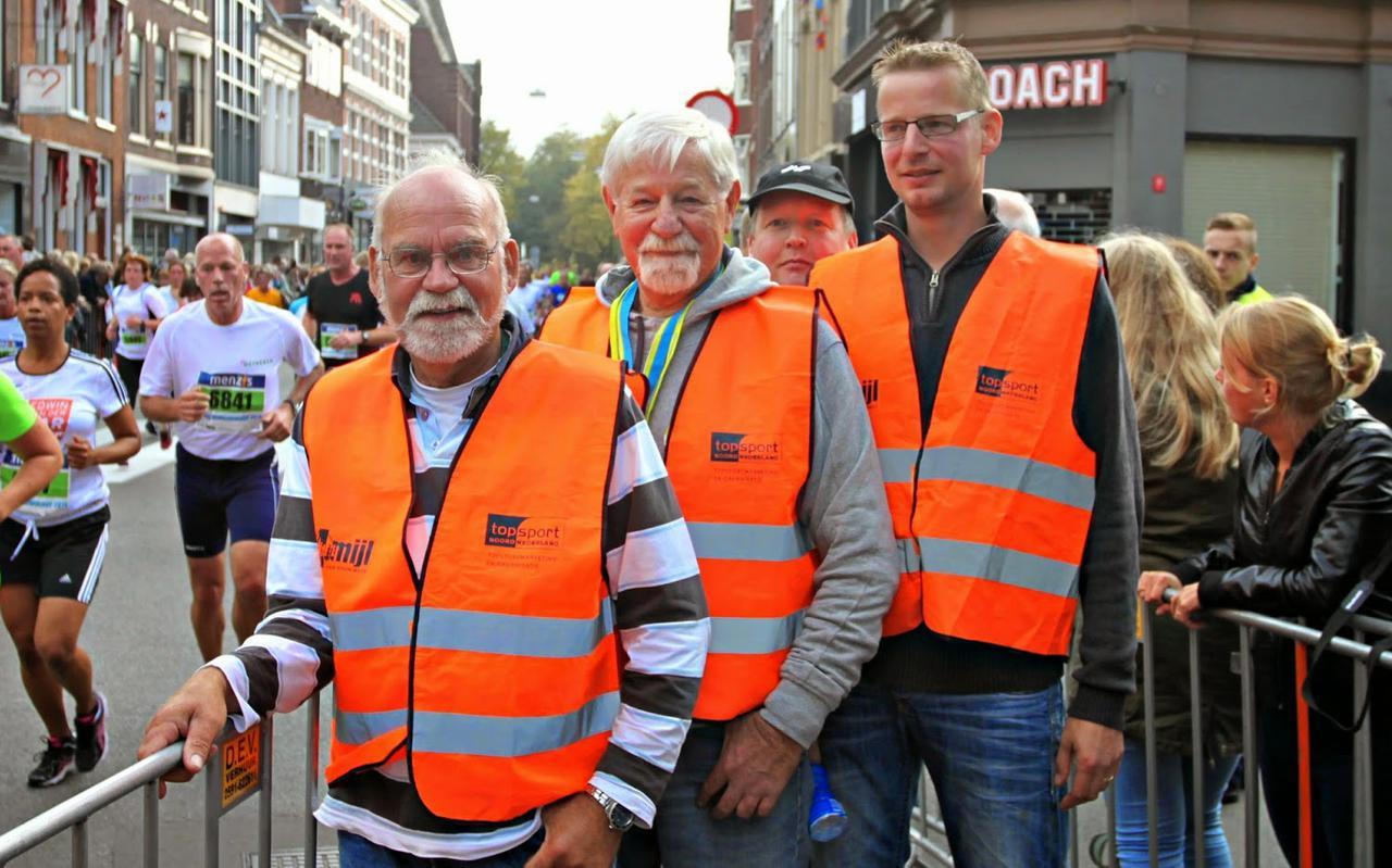 Klaas Haan (midden) op zijn vaste plek op de hoek van de Herestraat en het Gedempte Zuiderdiep.
