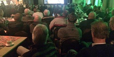 Door de hoge opkomst moeten belangstellenden de raadsvergadering over de komst van een azc in Grootegast in herberg In de Groote Gast volgen. Foto DvhN