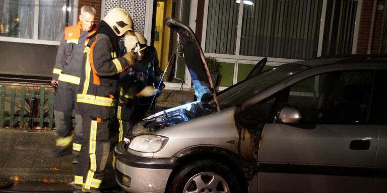 De brandweer onderzoekt de oorzaak van de brand.