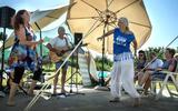 Harry Niehof speelt zijn protestlied bij de Paddepoelsterbrug.